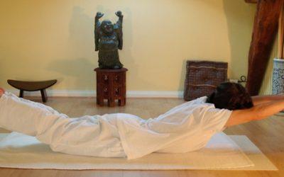 Shalabhasana, la posizione della locusta: come praticarla e quali sono i suoi benefici