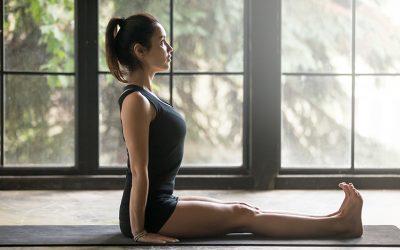 Dandasana: come si esegue e i benefici della posizione del bastone